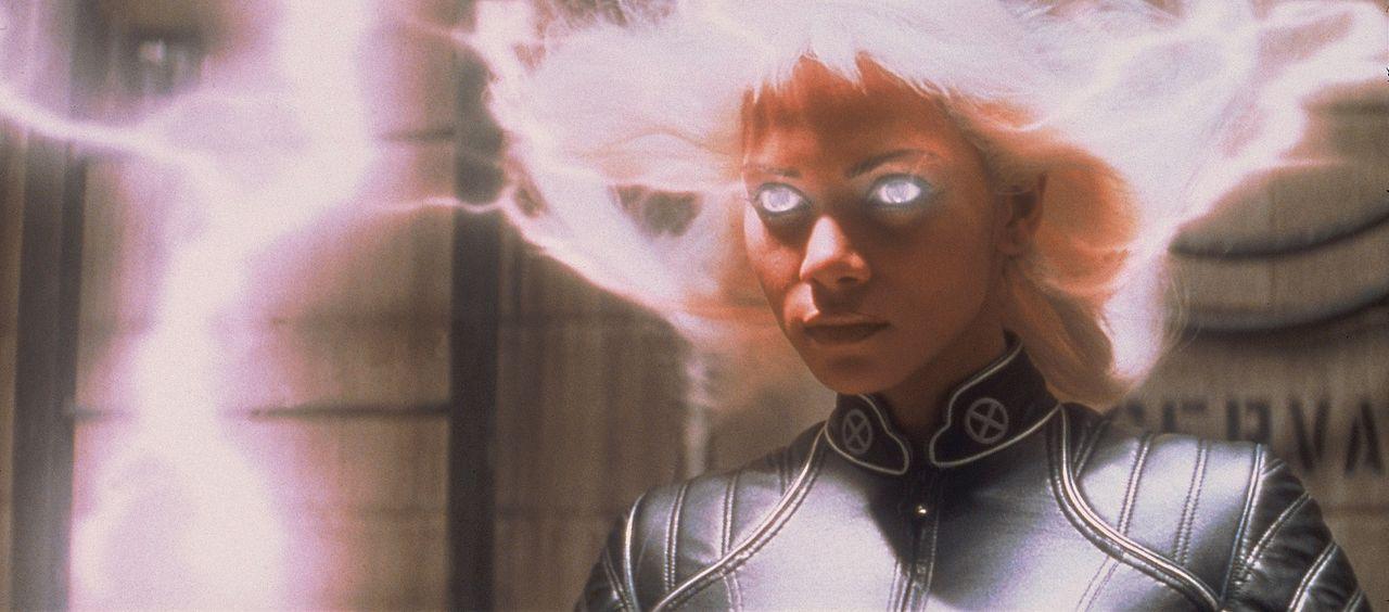 Storm (Halle Berry) setzt ihre Superkräfte ein ... - Bildquelle: 2000 Twentieth Century Fox Film Corporation. All rights reserved.