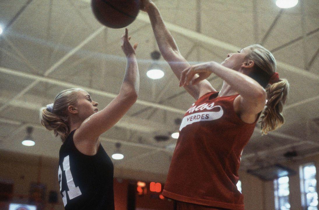 Aufgrund ihrer Größe werden die sportlichen Zwillinge Heather (Poppi Monroe, l.) und Heidi (Annie McElwain, l.) sofort ins Basketball-Team überno... - Bildquelle: Walt Disney Television