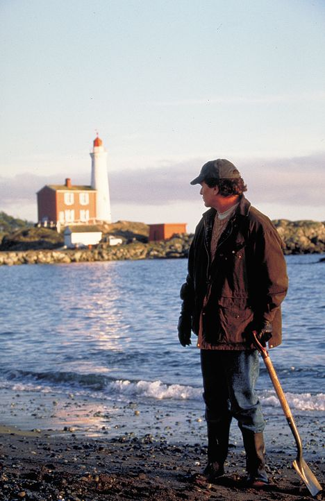 Eine undurchsichtige Vergangenheit hat auch Art Stoner (Tom Berenger) an die die Küste getrieben, den ebenso geheimnisvollen wie charismatischen W - Bildquelle: Sony Pictures Television International. All Rights Reserved.