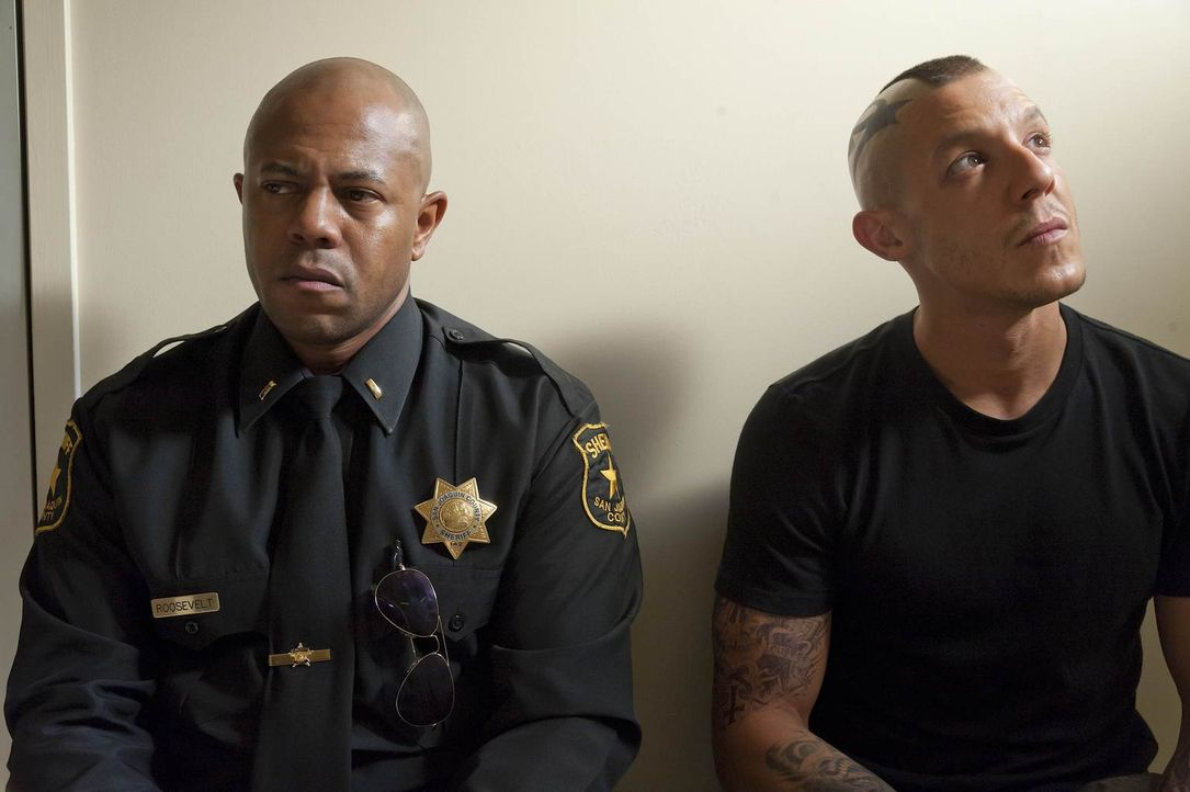 Sowohl Juice (Theo Rossi, r.) als auch Roosevelt (Rockmond Dunbar, l.) kommen Zweifel, aber kommen sie aus der Geschichte jemals wieder heraus? - Bildquelle: 2011 Twentieth Century Fox Film Corporation and Bluebush Productions, LLC. All rights reserved.