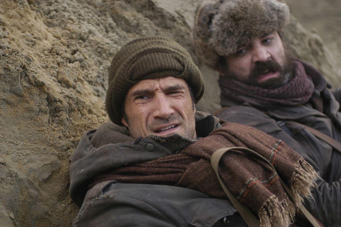 Kann Mike McKay (Elias Koteas, l.) Fazal (Richie Coster, r.) wirklich vertrauen? - Bildquelle: Universal Studios