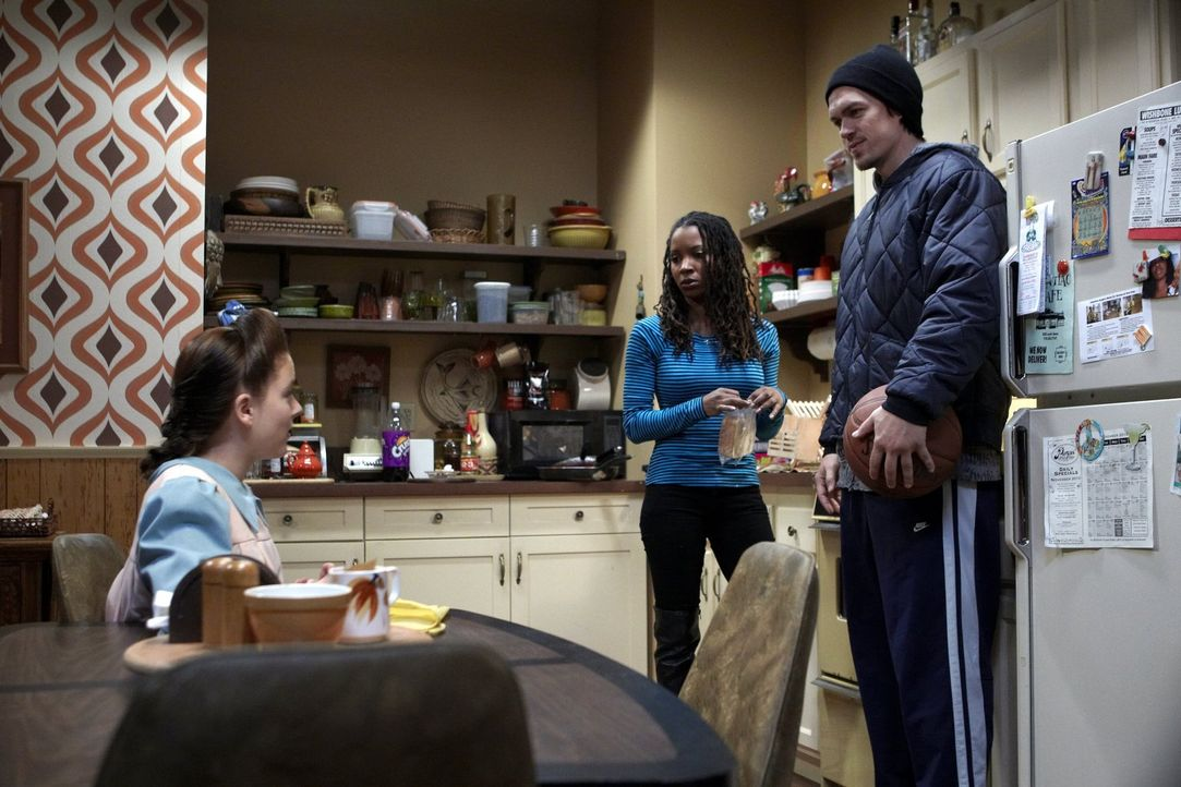 Ein Pflegekind, das in einer Sekte aufgewachsen ist? Kevin (Steve Howey, r.) und Veronica (Shanola Hampton, M.) sind von Ethel (Madison Davenport, l... - Bildquelle: 2010 Warner Brothers