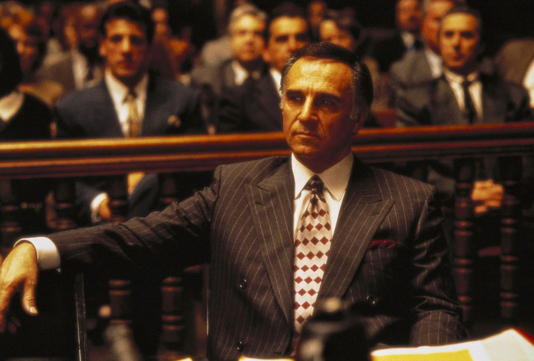 Der wegen Mordes angeklagte Mafiaboss Boffano (Tony Lo Bianco) zeigt sich trotz der erdrückenden Beweislast optimistisch - schließlich haben seine... - Bildquelle: Columbia TriStar International Television