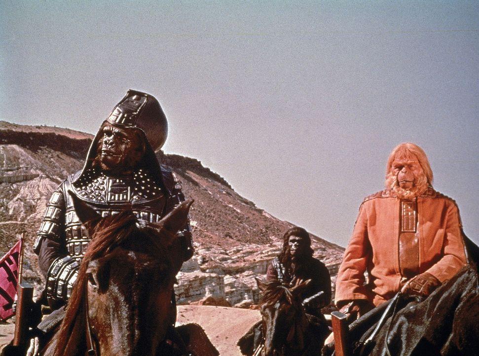 """Ziehen in den Krieg gegen die Menschen der """"Verbotenen Zone"""": der Gorillageneral General Ursus (James Gregory, l.) und Dr. Zaius (Maurice Evans, r.) - Bildquelle: 20th Century Fox"""