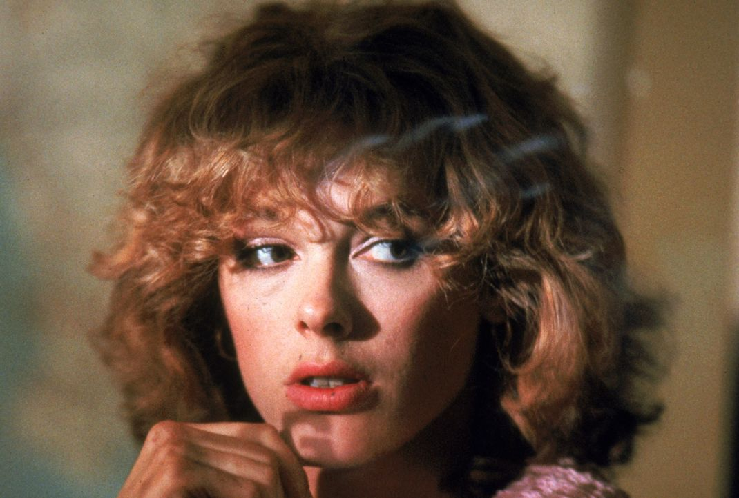 """Hartnäckig versucht """"Cobra"""", über die gefährdete Ingrid (Brigitte Nielsen, l.)an den Schlitzer heranzukommen ... - Bildquelle: 1986 Warner Bros. Entertainment Inc."""