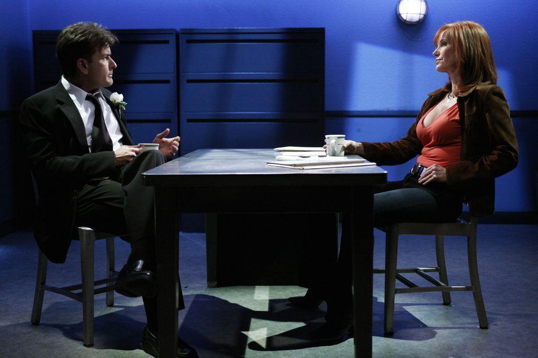 Nachdem Teddy an seinem Hochzeitstag tot aufgefunden wurde, wird Charlie (Charlie Sheen, l.), da er die Leiche entdeckt hat von Sloane (Jamie Rose,... - Bildquelle: Warner Bros.