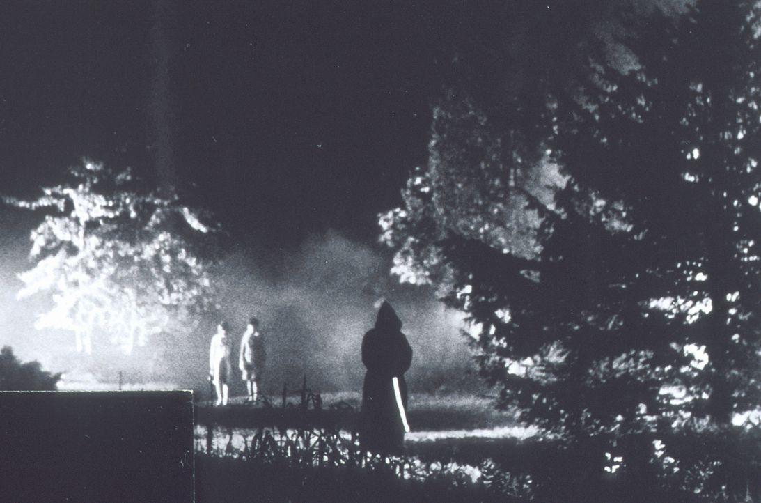 Nach dem Tod des Schlossherren treibt ein unheimlicher Mönch (r.) auf dem Gelände sein Unwesen ... - Bildquelle: Constantin Film