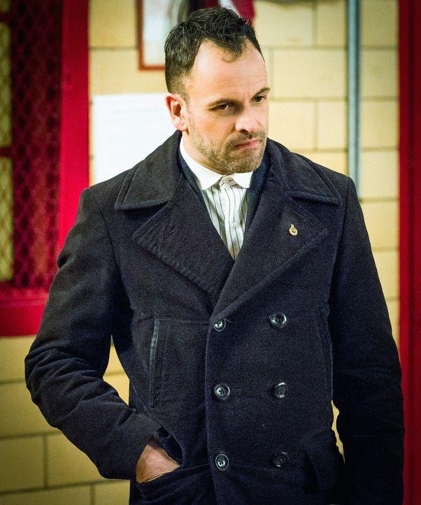 Muss einen eigentlich für abgeschlossen gehaltenen Fall wieder aufrollen: Sherlock Holmes (Jonny Lee Miller) ... - Bildquelle: CBS Television