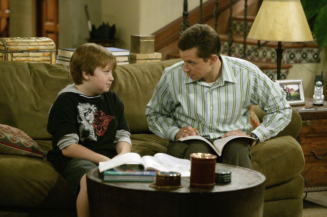 Während Alan (Jon Cryer, r.) seinem Sohn Jake (Angus T. Jones, l.) vermitteln möchte, dass es sinnvoll ist seine Hausaufgaben gleich Freitags zu e... - Bildquelle: Warner Brothers Entertainment Inc.