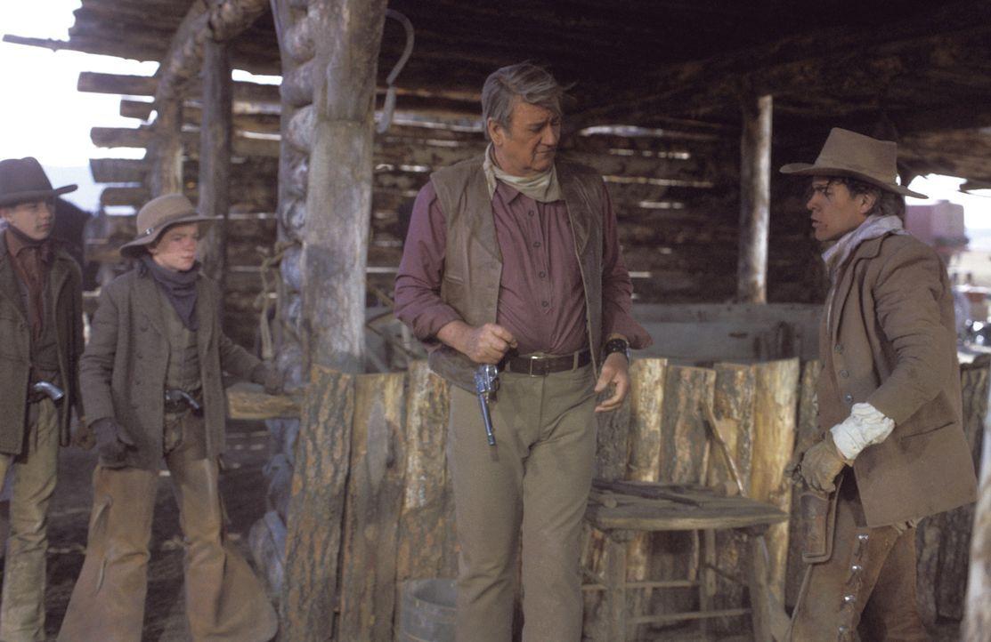 Von seinen Cowboys im Stich gelassen, rekrutiert der knorrige alte Wil Andersen (John Wayne, 2.v.r.) örtliche Schuljungen für den mühsamen und ge... - Bildquelle: Warner Bros.