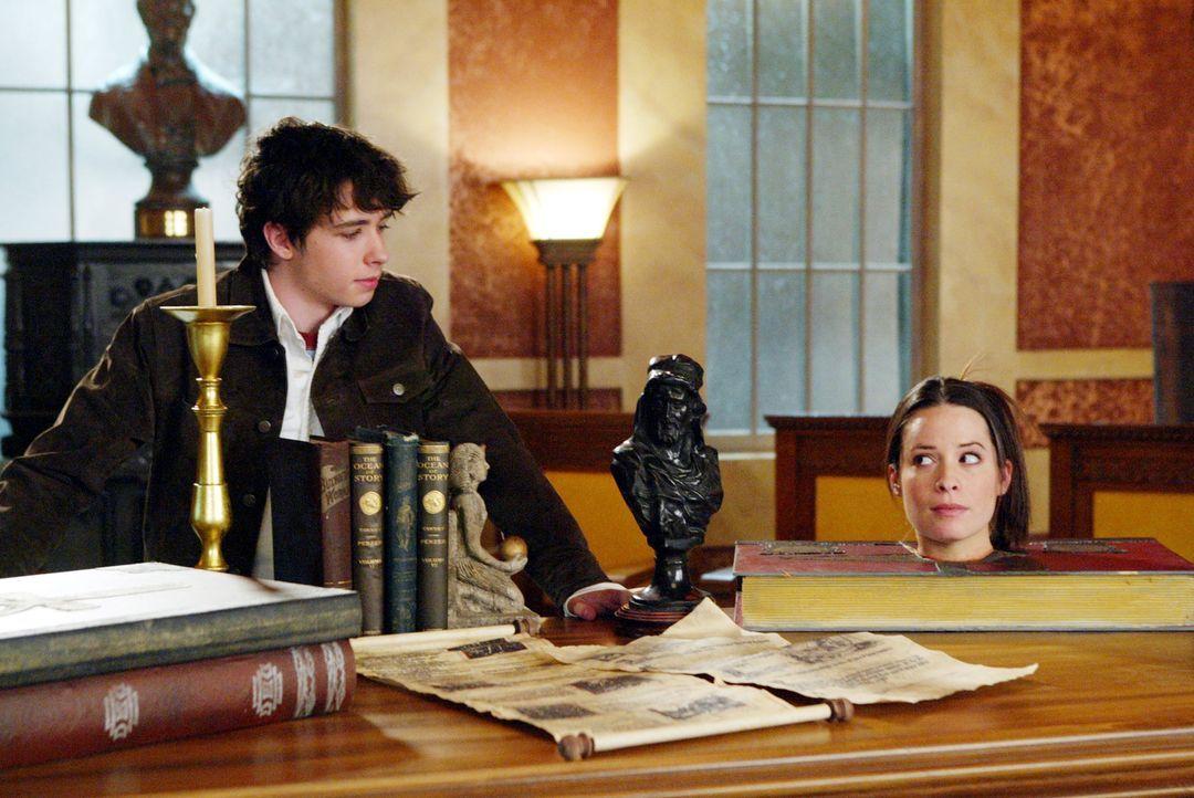 Pheobe, Paige und Piper (Holly Marie Combs, r.) finden heraus, dass Zachary (Dean Shelton, l.) für das Erscheinen des Reiters ohne Kopf zuständig is... - Bildquelle: Paramount Pictures.