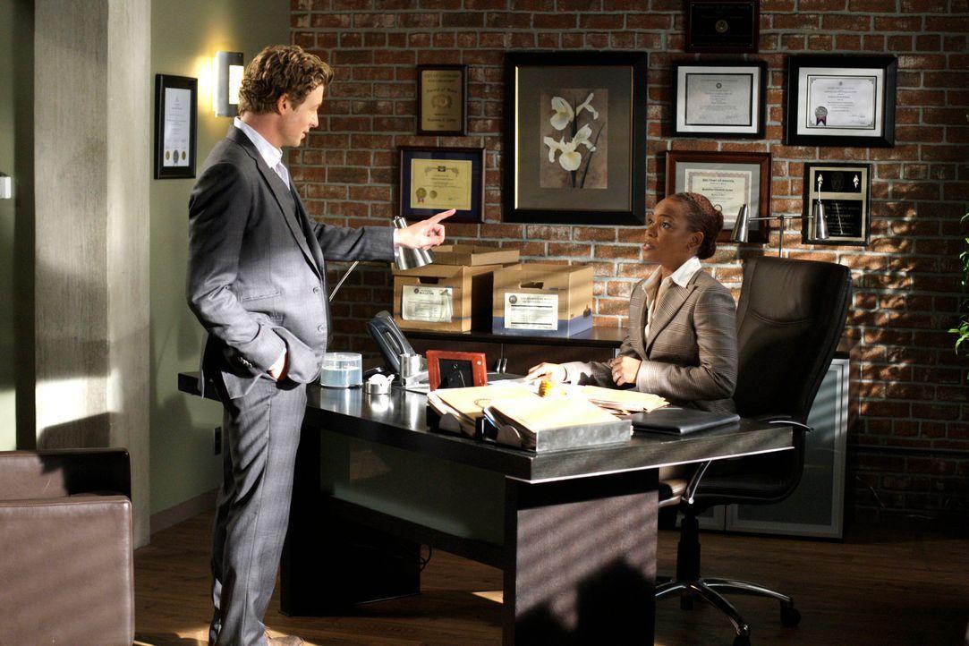 Die neue Abteilungsleiterin Madeleine Hightower (Aunjanue Ellis, r.) macht es Patrick Jane (Simon Baker, l.) nicht ganz leicht ... - Bildquelle: Warner Bros. Television