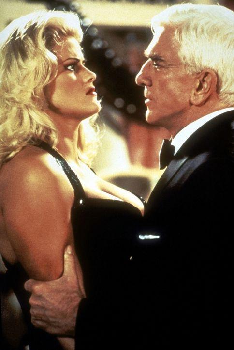 Auf der Oscar-Verleihung trifft Frank (Leslie Nielsen, r.) die hinterlistige Tanya (Anna Nicole Smith, l.) wieder ... - Bildquelle: Paramount Pictures