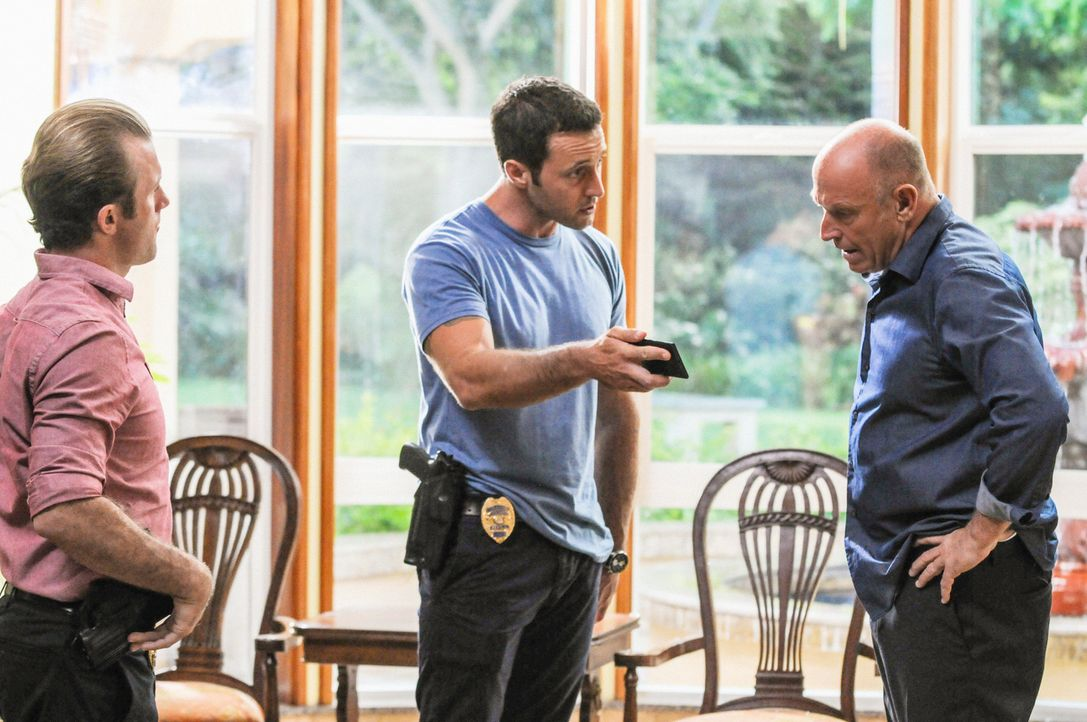 Bei den Untersuchungen in einem neuen Mordfall stoßen Steve (Alex O'Loughlin, M.) und Danny (Scott Caan, l.) auf Henry Upton (Corbin Bernsen, r.). D... - Bildquelle: 2013 CBS BROADCASTING INC. All Rights Reserved.