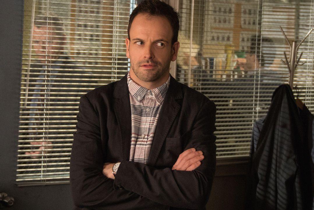 Wird Sherlock Holmes (Jonny Lee Miller) seinen neuen Fall erfolgreich abschließen? - Bildquelle: CBS Television