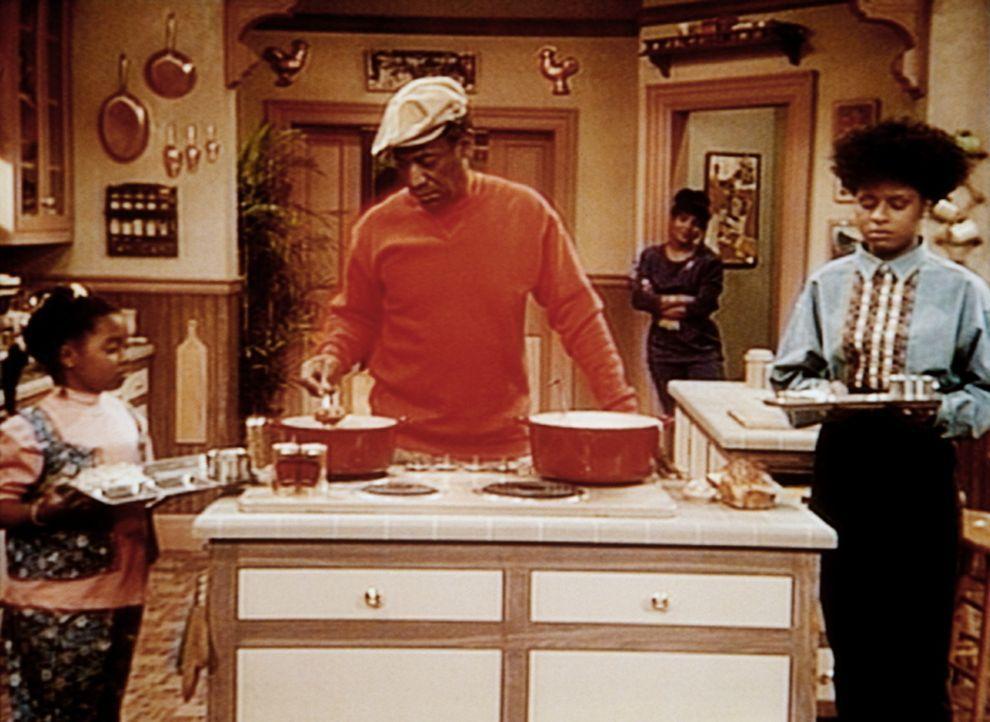 Cliff (Bill Cosby, 2.v.l.) und Clair (Phylicia Rashad) haben ihre Töchter zur Strafe in den Keller verbannt. Rudy (Keshia Knight Pulliam, l.) und V... - Bildquelle: Viacom