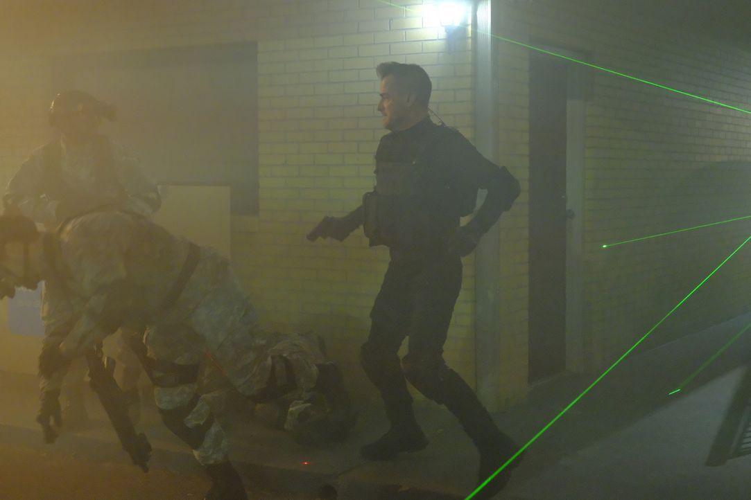 """Als die Terrororganisation Omnus ein Killerkommando schickt, um MacGyver und den """"Architekten"""" zu töten, kommt Jack (George Eads, r.) ihnen zu Hilfe... - Bildquelle: Guy D'Alema 2017 CBS Broadcasting, Inc. All Rights Reserved. / Guy D'Alema"""