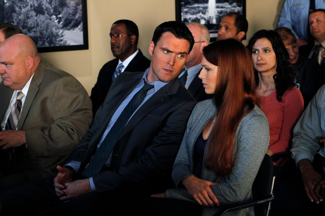 Arbeiten an einem neuen Fall: Wayne (Owain Yeoman, M.) und Grace (Amanda Righetti, r.) ... - Bildquelle: Warner Bros. Television