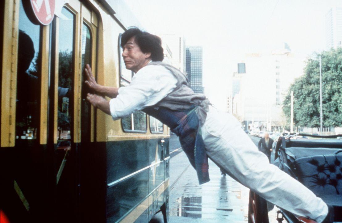 Auf der Flucht bedient sich Jackie (Jackie Chan) immer wieder kurioser Beförderungswege ... - Bildquelle: Kinowelt Filmverleih
