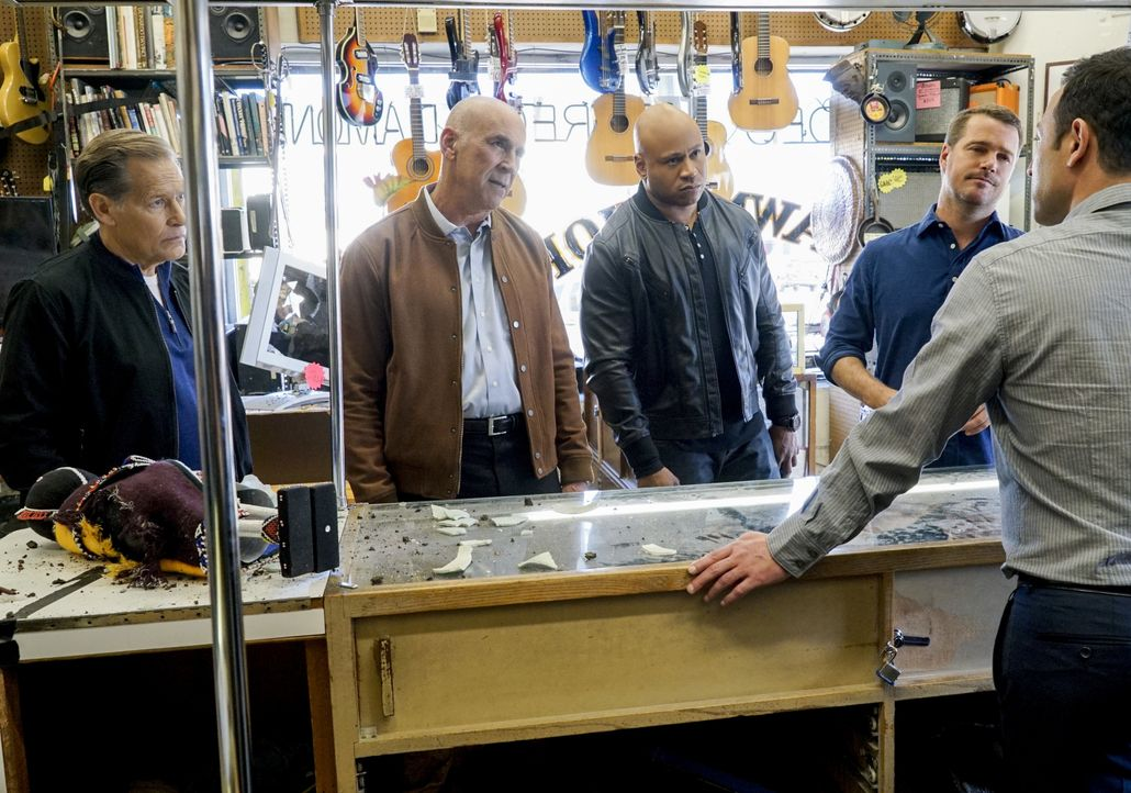 Für Callen (Chris O'Donnell, 2.v.r.) und Hanna (LL Cool J, M.) ist es schwierig die Puzzleteile richtig zusammenzufügen, als ein Mitarbeiter der Vet... - Bildquelle: 2017 CBS Broadcasting, Inc. All Rights Reserved