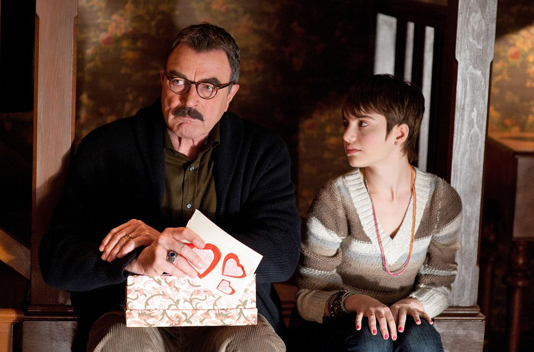 "Nicky (Sami Gayle, r.) hofft auf Franks (Tom Selleck, l.) Rat in Sachen ""Liebe"" ... - Bildquelle: 2010 CBS Broadcasting Inc. All Rights Reserved"