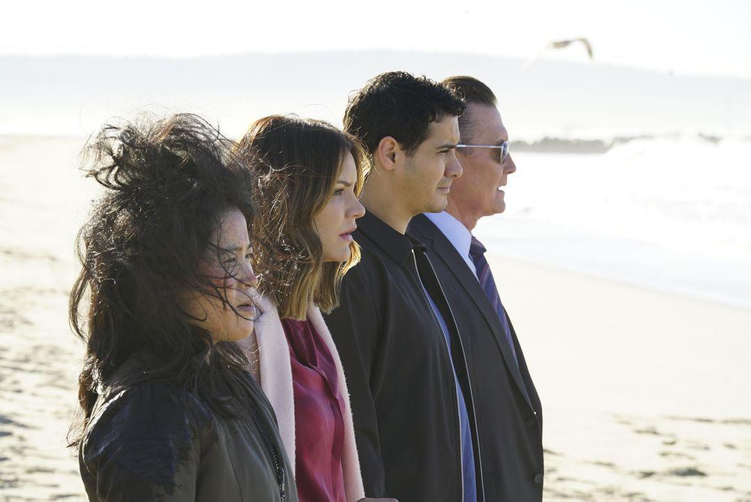 Während (v.l.n.r.) Happy (Jadyn Wong), Paige (Katharine McPhee), Walter (Elyes Gabel) und Cabe (Robert Patrick) versuchen, eine atomare Katastrophe... - Bildquelle: Monty Brinton 2017 CBS Broadcasting, Inc. All Rights Reserved / Monty Brinton