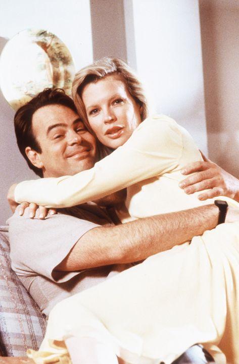 Eine erotische Begegnung der dritten Art: Die Außerirdische Celeste (Kim Basinger, r.) und der Strahlenphysiker Dr. Steve Mills (Dan Aykroyd, l.) ... - Bildquelle: Columbia Pictures