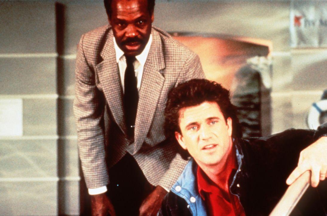 Die beiden Polizisten Murtaugh (Danny Glover, l.) und Riggs (Mel Gibson, r.) können nicht fassen, was ihr Boss von ihnen verlangt: Sie sollen den ne... - Bildquelle: Warner Brothers International