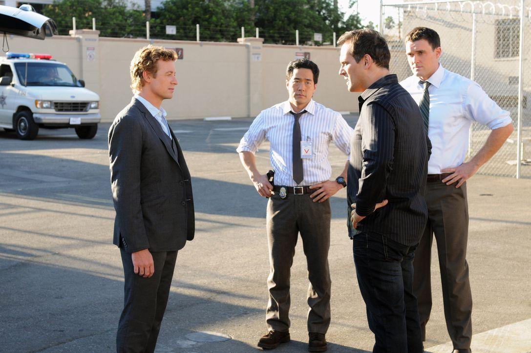 Können Wayne Rigsby (Owain Yeoman, r.), Kendall Cho (Tim Kang, 2.v.l.) und Patrick Jane (Simon Baker, l.) die Unschuld von Jared Renfrew (Todd Stash... - Bildquelle: Warner Bros. Television