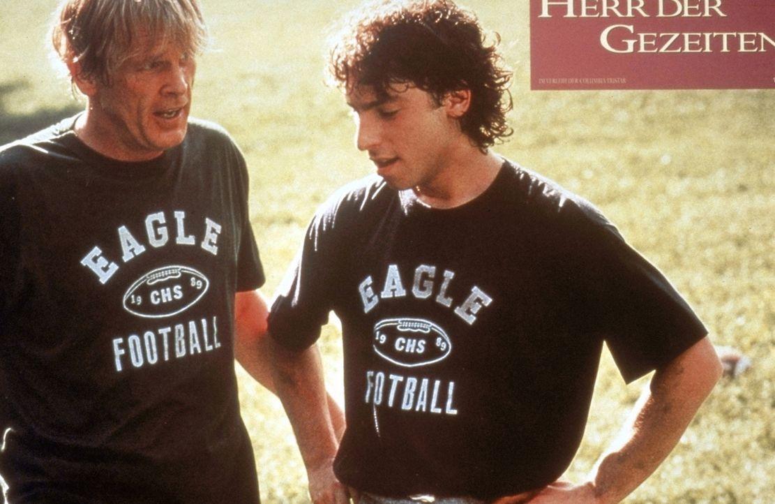 Football-Lehrer Tom Wingo (Nick Nolte, l.) trainiert mit Bernhard (Jason Gould, r.) und stärkt so dessen Selbstbewusstsein. Bernard hat nämlich ke... - Bildquelle: Columbia Pictures