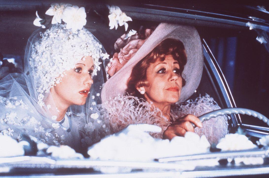 Germaine Pivert (Suzy Delair, r.) bringt ihre Tochter Antoinette (Miou-Miou, l.) zu ihrer Hochzeit ... - Bildquelle: 20th Century Fox Film Corporation