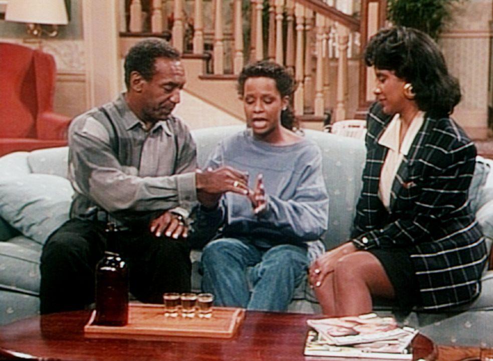 Cliff (Bill Cosby, l.) und Clair (Phylicia Rashad, r.) spielen mit Vanessa (Tempsett Bledsoe) zur Abschreckung ein lustiges Spiel ... - Bildquelle: Viacom