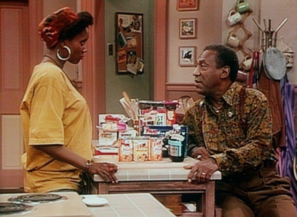 Cousine Pam (Erika Alexander, l.) lässt sich von Cliff (Bill Cosby, r.) davon überzeugen, dass es nicht notwendig ist, die Lebensmittel mit ihrem... - Bildquelle: Viacom