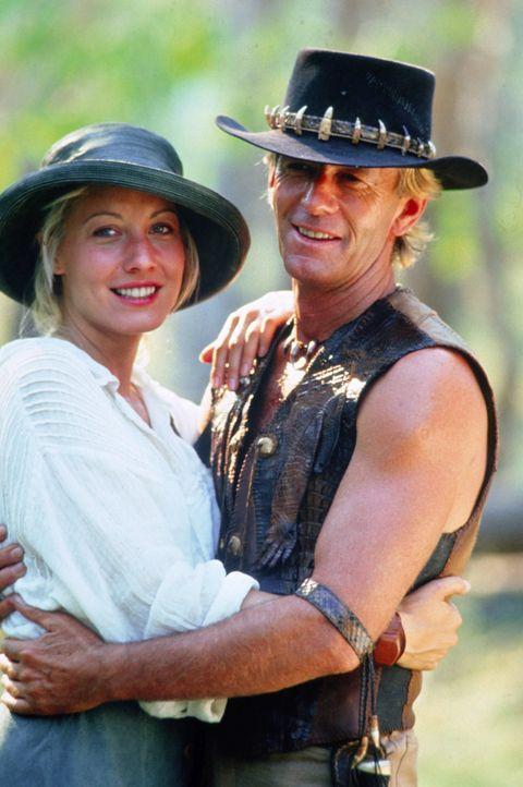 Obwohl er sich keineswegs wohl fühlt, bleibt Mick Dundee (Paul Hogan, r.) aus Liebe zu der schönen Journalistin Sue (Linda Kozlowski, l.) in New Y... - Bildquelle: Paramount Pictures
