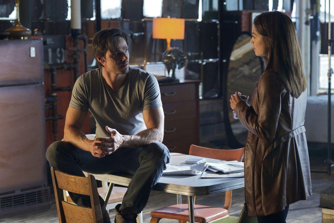 Cat (Kristin Kreuk, r.) rät Vincent (Jay Ryan, l.), etwas vorsichtiger zu sein und sich nicht mehr aus seinem Versteck zu wagen ... - Bildquelle: 2012 The CW Network, LLC. All rights reserved.