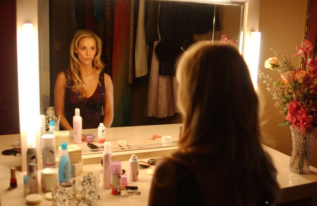 Lynette Shaw (Elizabeth Berkley) ist die Gewinnerin einer Beautyshow im Fernsehen, doch richtig glücklich sieht sie trotzdem nicht aus ... - Bildquelle: Warner Bros. Entertainment Inc.