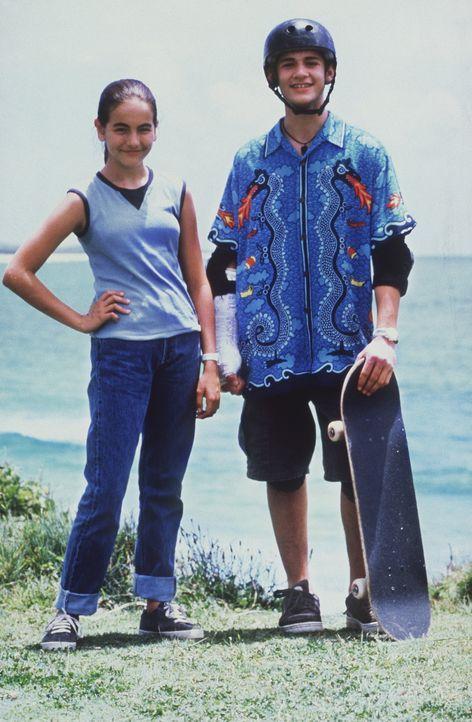 Die Liebe zum Surfen bringt Sydney (Camilla Belle, l.) und Kona (Brian Christopher Stark, r.) näher zusammen. Da muss das junge Mädchen eine folge... - Bildquelle: WALT DISNEY COMPANY