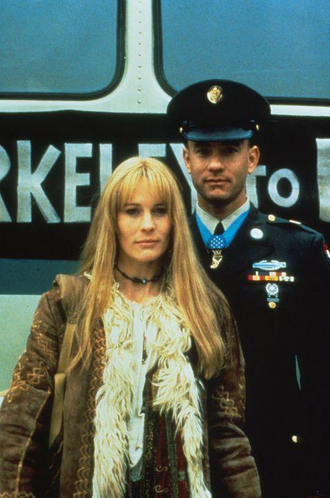 Nach vielen Jahren treffen sich Jenny (Robin Wright, l.) und Forrest (Tom Hanks, r.) wieder. Doch inzwischen haben die beiden gegensätzliche Intere... - Bildquelle: Paramount Pictures