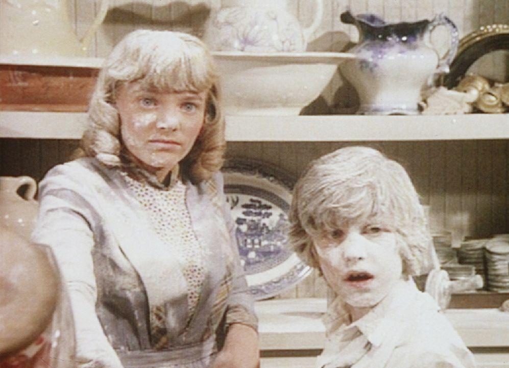 Die Suche nach Fingerabdrücken findet für Nellie (Alison Arngrim, l.) und Willie (Jonathan Gilbert, r.) ein baldiges Ende. Denn die Kinder haben a... - Bildquelle: Worldvision