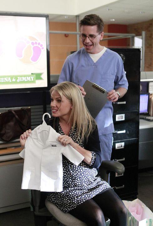 Jimmy Palmer (Brian Dietzen, r.) bereitet sich auf seine Vaterschaft vor, da der Entbindungstermin seiner Ehefrau Breena (Michelle Pierce, l.) immer... - Bildquelle: CBS Television