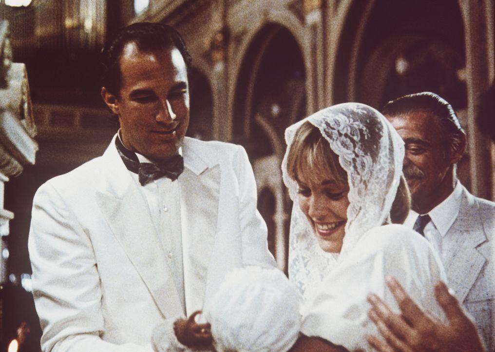 Auf der einen Seite der brutale Einzelkämpfer und auf der anderen ein liebevoller Familienvater: Nico (Steven Seagal, l.) mit seiner Frau Sara (Sha... - Bildquelle: Warner Bros.