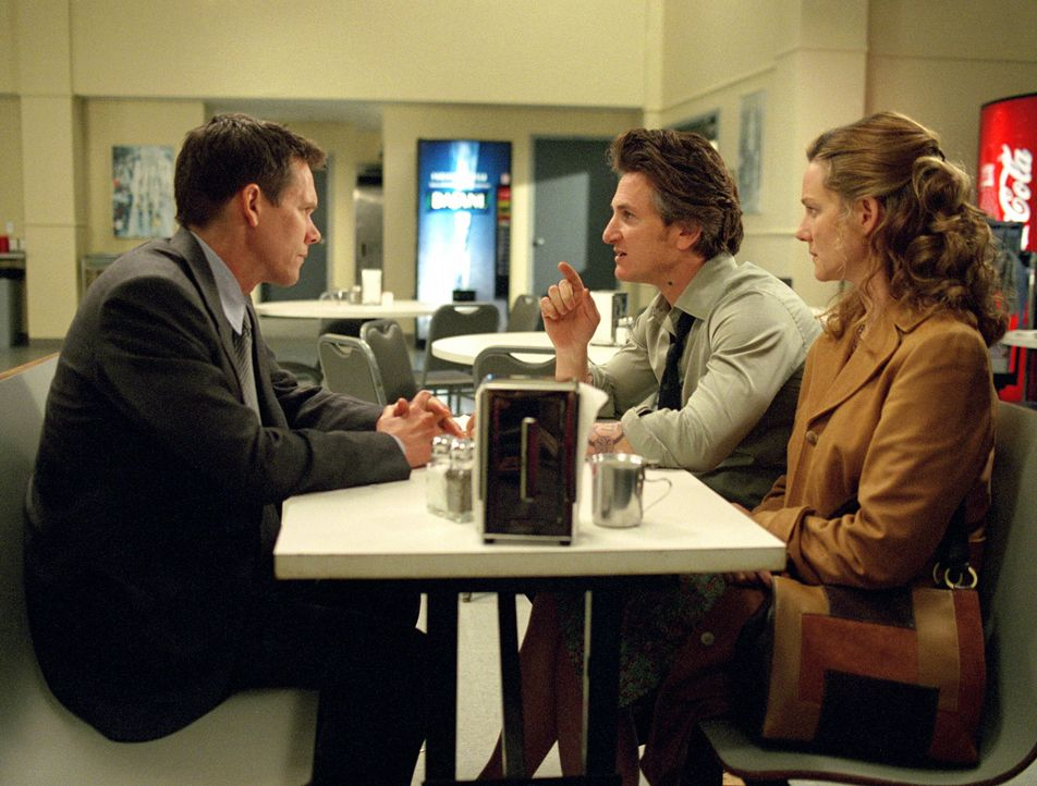 Eines Tages wird Jimmys (Sean Penn, M.) und Annabeths (Laura Linney, l.) Tochter brutal ermordet. Die Ermittlungen übernimmt Sean Devine (Kevin Bac... - Bildquelle: Warner Bros. Pictures