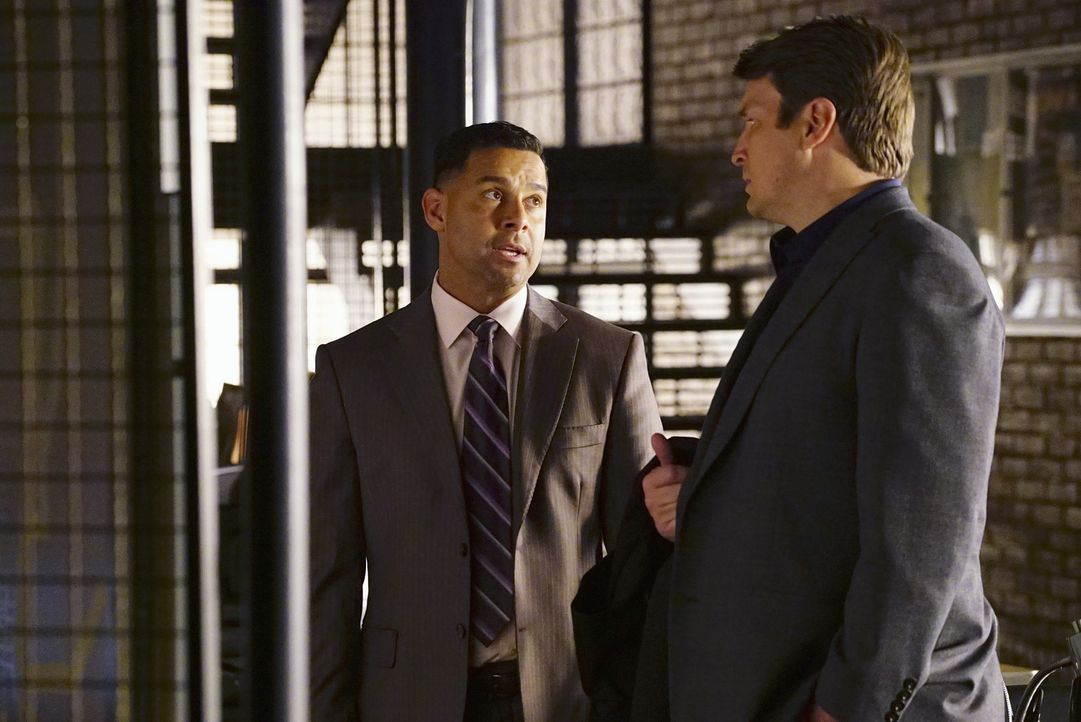 Während Beckett vor Ort undercover ermittelt, müssen Javier Esposito (Jon Huertas, l.) und Castle (Nathan Fillion, r.) im Revier die Suche nach eine... - Bildquelle: Richard Cartwright 2016 American Broadcasting Companies, Inc. All rights reserved.