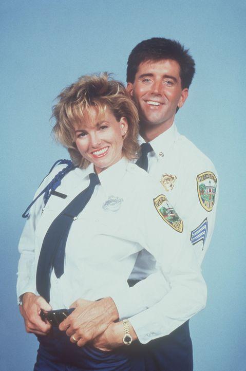 Kate (Janet Jones, l.) und Nick (Matt McCoy, r.) finden ein neues Betätigungsfeld ... - Bildquelle: Warner Bros.