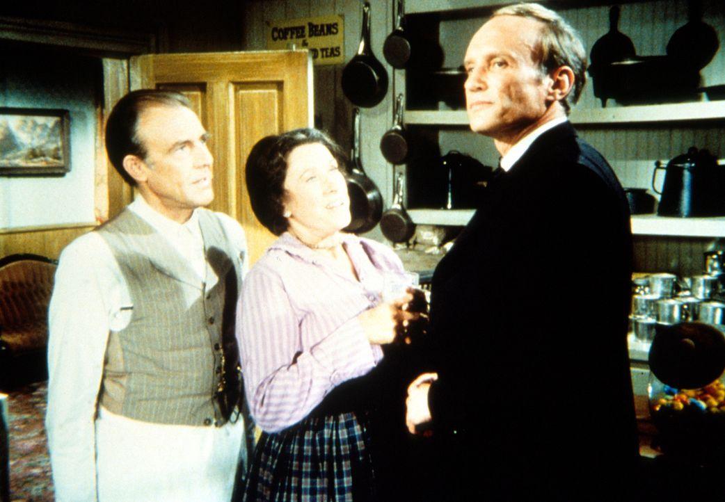 Nels Oleson (Richard Bull, l.) und seine Frau Harriet (Katherine McGregor, M.) begrüßen den neuen Gemeindepfarrer, Reverend Danforth (James Olson,... - Bildquelle: Worldvision
