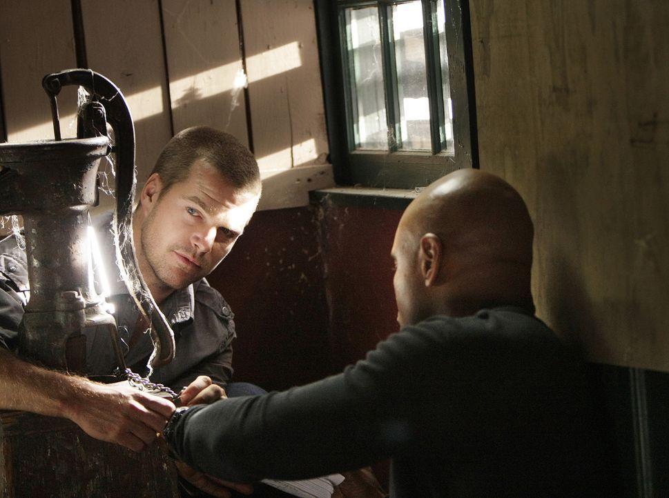Ermitteln undercover und setzen dabei ihr eigenes Leben aufs Spiel: Special Agent G. Callen (Chris O'Donnell, l.) und Special Agent Sam Hanna (LL Co... - Bildquelle: CBS Studios Inc. All Rights Reserved.