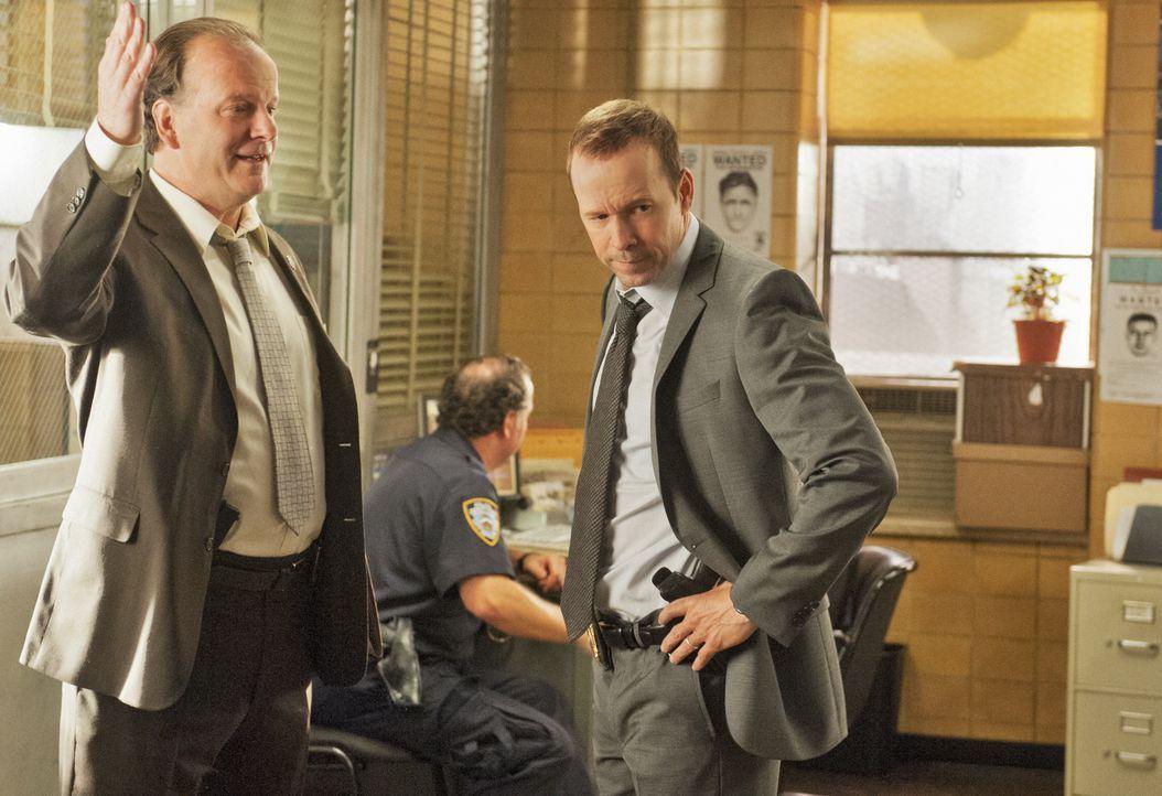 Eigentlich wollte er Linda eine Freude machen, doch dann bekommt Danny (Donnie Wahlberg, r.) von Sergeant Gormley (Robert Clohessy, l.) einen neuen... - Bildquelle: Jojo Whilden 2012 CBS Broadcasting Inc. All Rights Reserved.