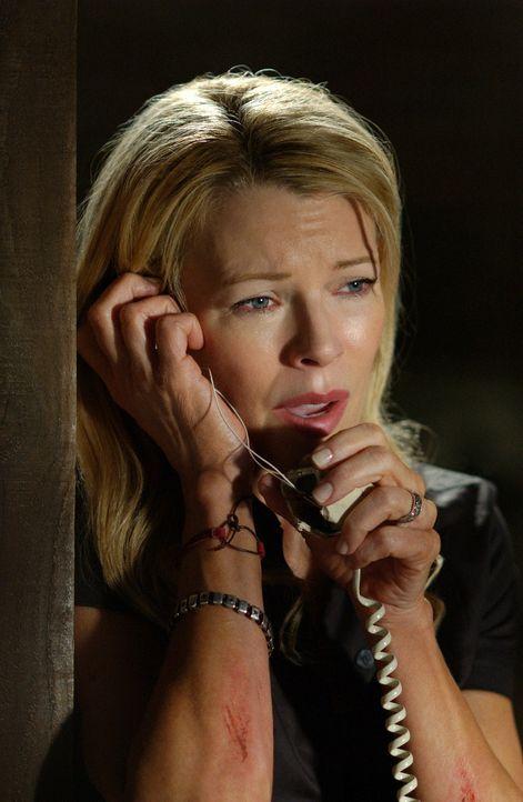 Von der Außenwelt abgeschnitten, gelingt es der entführten Jessica (Kim Basinger), ein kaputtes Telefon zu reparieren und eine ihr unbekannte Numm... - Bildquelle: Warner Bros. Pictures