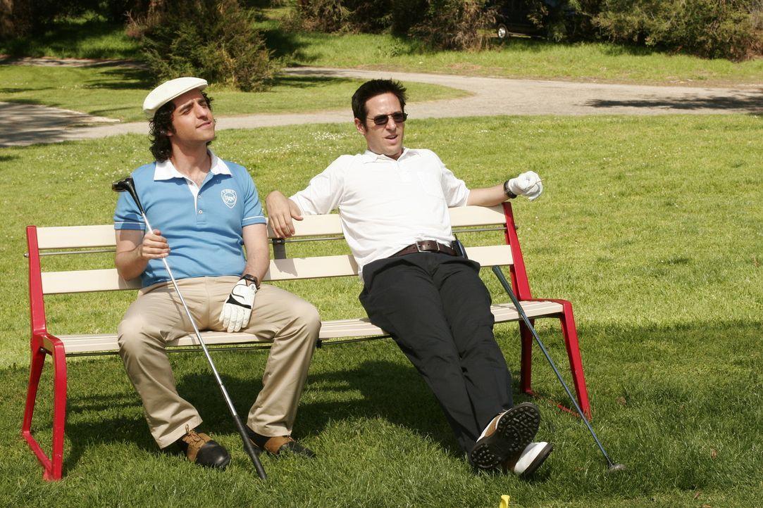 Versuchen sich beim Golfen vom Alltag zu erholen: Charlie (David Krumholtz, l.) und Don (Rob Morrow, r.) ... - Bildquelle: Paramount Network Television