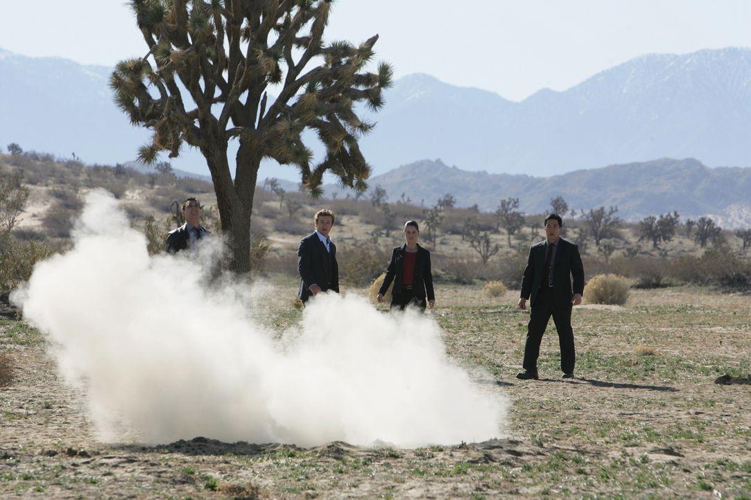 Patrick (Simon Baker, 2.v.l.) und seine Kollegen Wayne (Owain Yeoman, l.), Kendall (Tim Kang, r.) und Teresa (Robin Tunney, 2.v.r.) stehen vor einem... - Bildquelle: Warner Bros. Television